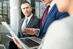 Бизнесмен слушая к обсуждению в офисе Стоковое Изображение