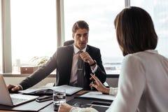 Бизнесмен слушая к предложениям от коллеги Стоковые Изображения