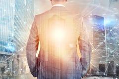 Бизнесмен смотрит далеко на будущее с влиянием интернета Стоковое Изображение