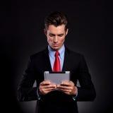 Бизнесмен смотрит таблетку Стоковая Фотография RF
