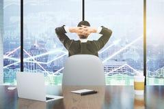 Бизнесмен смотрит табло с диаграммой дела и lapt Стоковые Фото