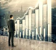 Бизнесмен смотря большой экран с диаграммой дела стоковые изображения rf