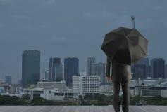 Бизнесмен смотря будущий город Стоковое Фото