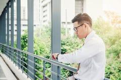 Бизнесмен смотря вахту он смотрит на времени Стоковые Фотографии RF