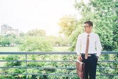 Бизнесмен смотря взгляд и думая успех Стоковое Фото