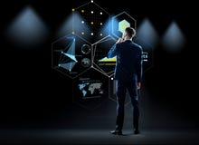 Бизнесмен смотря виртуальный экран от задней части Стоковые Изображения