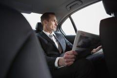 бизнесмен смотря вне окно Стоковая Фотография