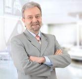 бизнесмен смотря возмужалый усмехаться успешный Стоковая Фотография RF