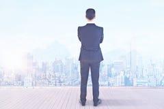 Бизнесмен смотря город Стоковые Изображения RF
