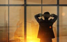 Бизнесмен смотря из его окна офиса Стоковые Изображения RF