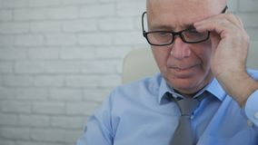 Бизнесмен смотря и анализируя документы в комнате офиса стоковое изображение rf