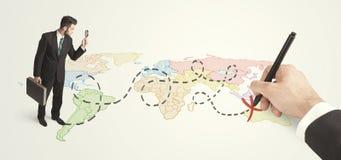 Бизнесмен смотря карту и трасса нарисованная вручную Стоковое Фото