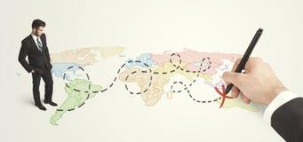 Бизнесмен смотря карту и трасса нарисованная вручную Стоковая Фотография