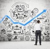 Бизнесмен смотря к бизнес-плану Стоковое фото RF