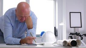 Бизнесмен смотря к строя планам делает нервные жесты с карандашем видеоматериал