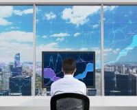 Бизнесмен смотря к экрану Стоковые Изображения RF