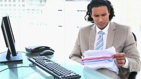 Бизнесмен смотря много файлы акции видеоматериалы
