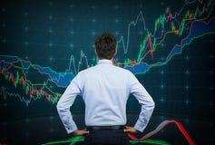 Бизнесмен смотря на диаграмме цвета Стоковая Фотография