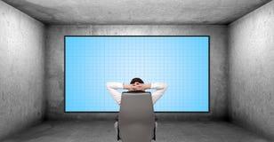 Бизнесмен смотря на панели плазмы Стоковые Фото