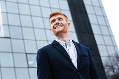 Бизнесмен смотря отсутствующий outdoors Стоковое Фото