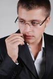 бизнесмен смотря сторону oung к стоковое изображение
