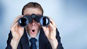 Бизнесмен смотря через бинокулярное Стоковая Фотография RF