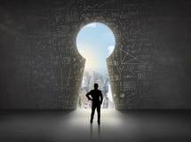 Бизнесмен смотря keyhole с яркой концепцией городского пейзажа Стоковая Фотография RF