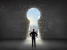 Бизнесмен смотря keyhole с яркой концепцией городского пейзажа Стоковая Фотография