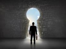 Бизнесмен смотря keyhole с яркой концепцией городского пейзажа Стоковое фото RF