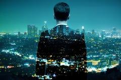 Бизнесмен смотря multiexposure города Стоковая Фотография