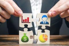 Бизнесмен собирает головоломки символизируя индивидуальные элементы и атрибуты делать дело Организация процесса стоковое фото rf