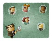 Бизнесмен соединяется с другими людьми через его smartphone против голубой покрашенной сети принципиальной схемы сеть пускает неб Стоковое Изображение RF