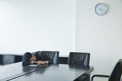 Бизнесмен спать в комнате офиса Стоковое фото RF
