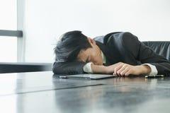 Бизнесмен спать в комнате офиса Стоковое Изображение
