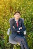 Бизнесмен спать в поле цветка Стоковые Изображения