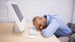 Бизнесмен спать компьютером на столе Стоковые Фото