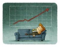Бизнесмен спать на софе против успешной диаграммы Стоковая Фотография RF