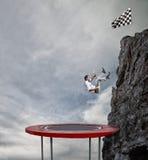 Бизнесмен спешит вниз от верхней части горы Цель бизнеса достижения и трудная концепция карьеры стоковое фото