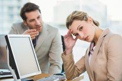 Бизнесмен споря с коллегой Стоковые Изображения
