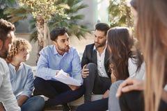 Бизнесмен споря с сотрудником на встрече Стоковое Фото