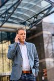 Бизнесмен среднего возраста с телефоном Стоковая Фотография
