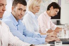 Бизнесмен на деловой встрече Стоковое фото RF
