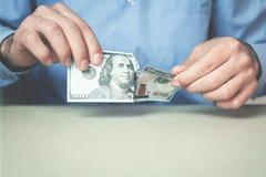 Бизнесмен срывая 100 долларов в руках Стоковые Фото