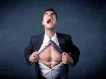 Бизнесмен срывая с рубашки и показывая mucular тело Стоковые Изображения RF