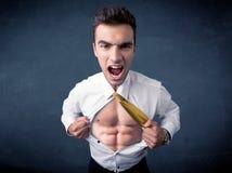 Бизнесмен срывая с рубашки и показывая mucular тело Стоковые Фотографии RF