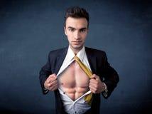 Бизнесмен срывая с рубашки и показывая mucular тело Стоковое Изображение
