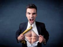 Бизнесмен срывая с рубашки и показывая mucular тело Стоковое фото RF