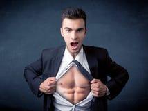 Бизнесмен срывая с рубашки и показывая mucular тело Стоковая Фотография