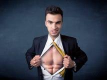 Бизнесмен срывая с рубашки и показывая mucular тело Стоковое Фото