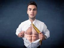 Бизнесмен срывая с рубашки и показывая mucular тело Стоковые Фото